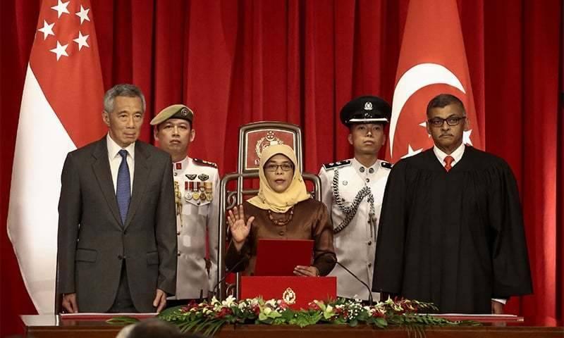 سنگاپور کی پہلی خاتون صدر نے تنقید کے باوجود حلف اٹھا لیا