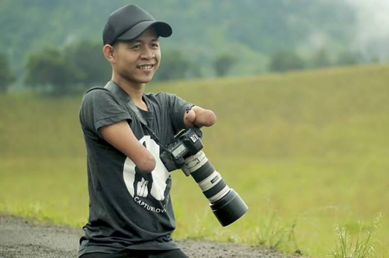 ہاتھوں اور پیروں سے محروم شخص نے پروفیشنل فوٹوگرافرز کو بھی پیچھےچھوڑ دیا