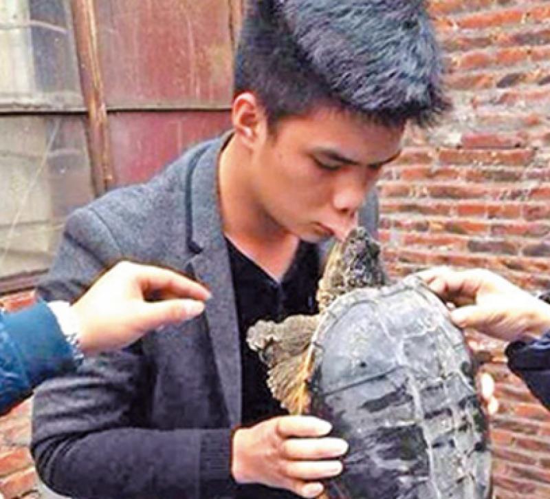 روسی منچلے کا کچھوے کو بوسہ دینا مہنگا پڑ گیا