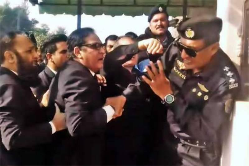 احتساب عدالت کے باہر پولیس پر تشدد کرنے والے وکلا کے خلاف مقدمہ درج
