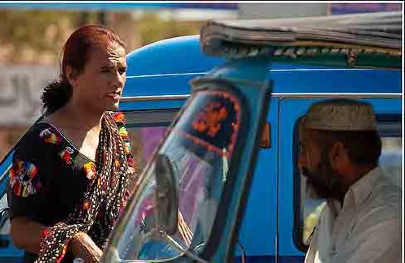 لاہور کی ٹریفک کو کنٹرول کرنے کیلئے خواجہ سراؤں نے خدمات پیش کر دیں