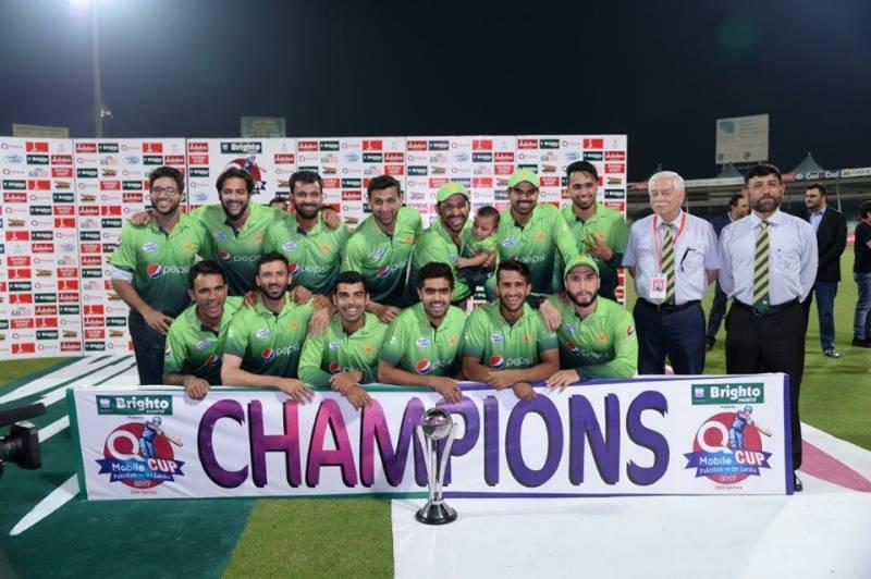 احمد شہزاد نے پاکستانی ٹیم کے ساتھ تصاویر کیوں نہ بنوائی ، معمہ حل نہ ہو سکا