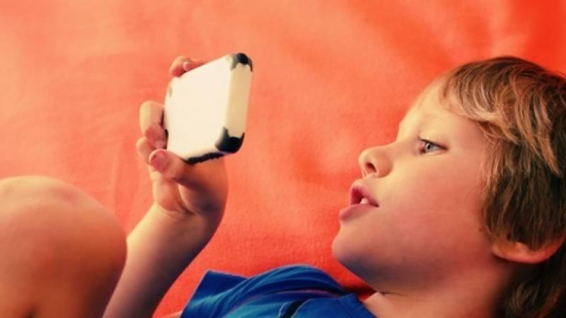 بچوں کو سونے سے پہلے موبائل استعمال کرنے سے روکیں
