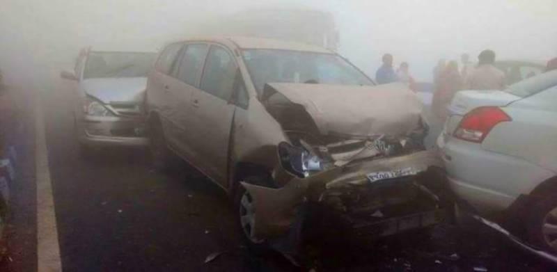 """""""شدید دھند """" موٹروے پر ڈیڑھ درجن سے زائد گاڑیاں ٹکرا گئیں متعدد ہلاک و زخمی"""