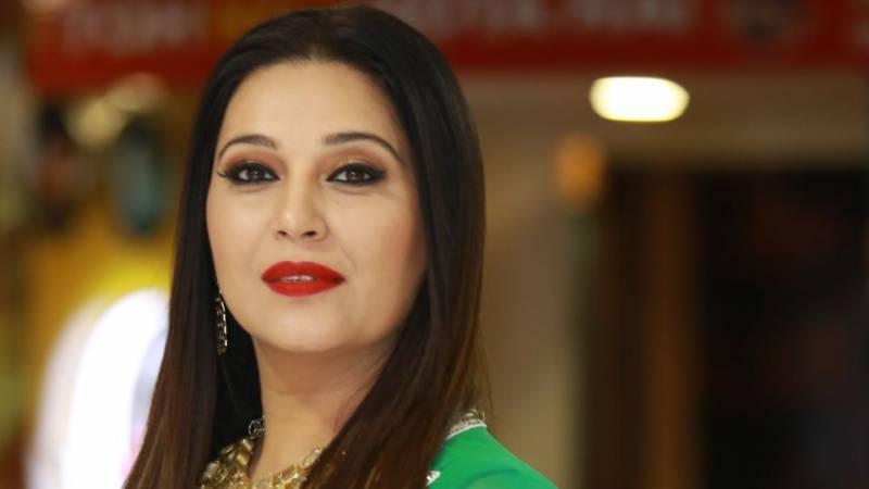 مادھوری سے کہیں زیادہ خوبصورت ہوں: نکی انیجا والیا