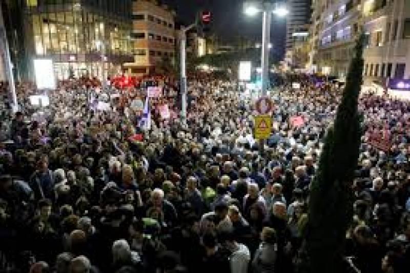 مبینہ کرپشن میں ملوث وزیرِ اعظم کے خلاف ہزاروں افراد کا احتجاج