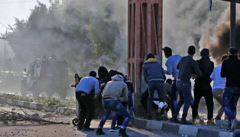 امریکی فیصلے کے خلاف ہزاروں افراد کا مظاہرہ، اسرائیلی فائرنگ سے دو فلسطینی شہید