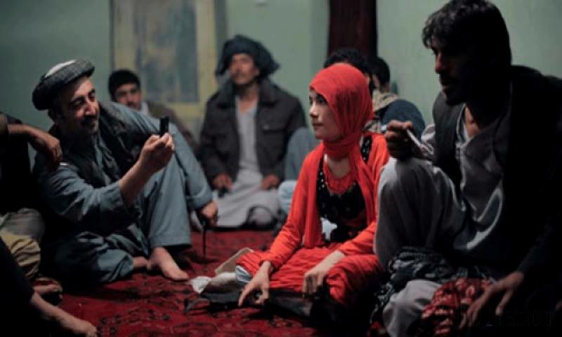 ماں جسم فروشی پر مجبور کرتی ہے : فیصل آباد پریس کلب کے باہر لڑکی کی خود کشی کی کوشش