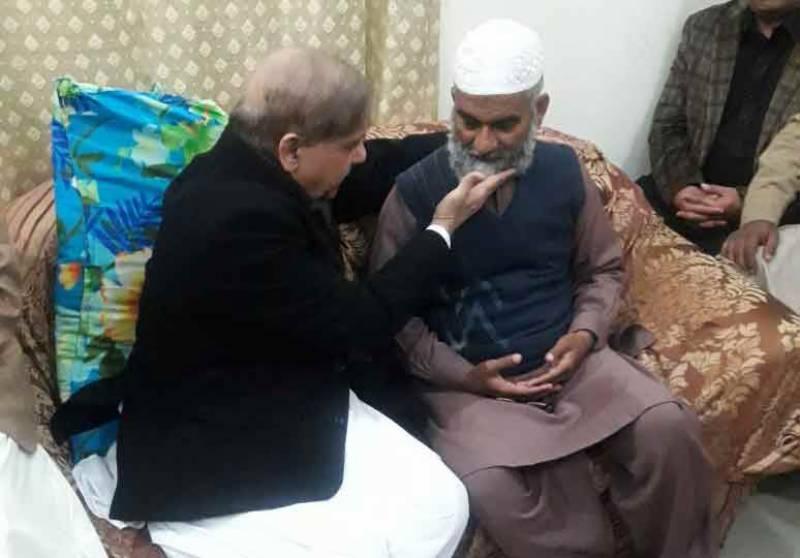 شہباز شریف کی مقتولہ زینب کے گھر آمد، والدین سے اظہار تعزیت