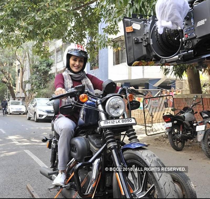 مادھوری ڈکشٹ کی موٹر سائیکل چلاتے تصویر وائرل
