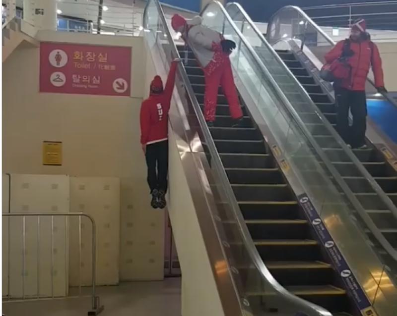 سوئس ایتھلیٹ نے برقی زینے کے ساتھ لٹک کر اوپر جانے کا انوکھا انداز اپنا لیا ، ویڈیو دیکھیں