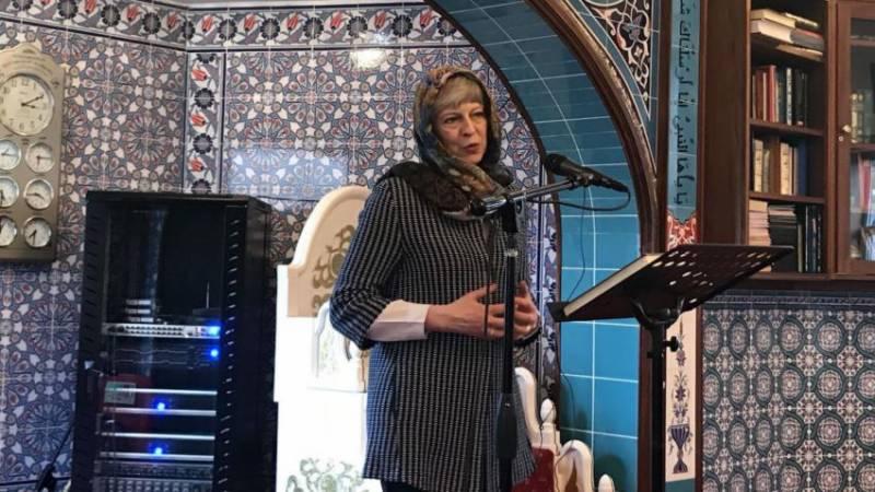 برطانوی وزیراعظم کی حجاب پہن کر مسجد میں جانے کی تصاویر وائرل ہو گئیں
