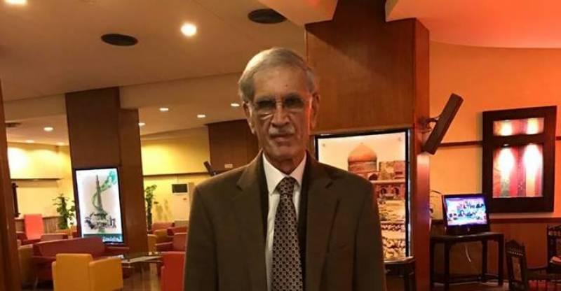 وزیراعلیٰ خیبرپختونخوا پرویز خٹک نے کوٹ اتار کر ووٹ کاسٹ کیا