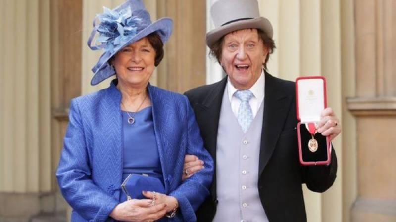 چالیس سال کی محبت کے بعد 90 سالہ برطانوی کامیڈین کی موت سے دو روز قبل شادی