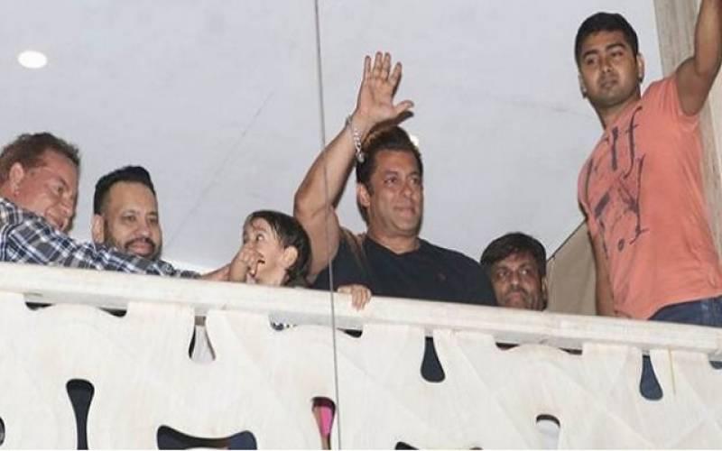 کالے ہرن کیس میں ضمانت کے بعد سلمان خان ممبئی پہنچ گئے، پرستاروں کا شاندار استقبال