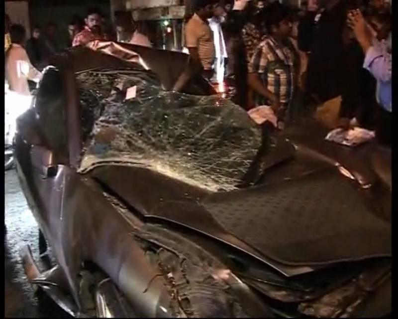 لاہور: دو تیز رفتار گاڑیوں کی آپس میں ٹکر، 2 نوجوان جاں بحق