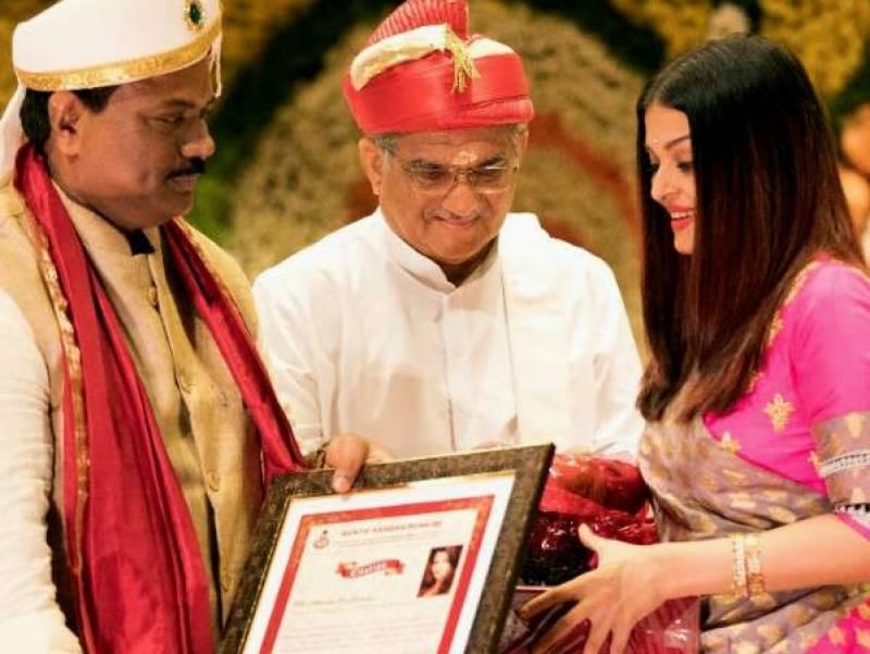 سابق حسینہ عالم ایشوریا رائے کو بہترین خاتون کے ایوارڈ سے نواز دیا گیا