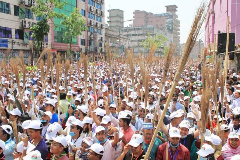 ڈھاکا: 15 ہزار افراد نے سڑکوں پر جھاڑو لگا کر صفائی کا ورلڈ ریکارڈ بنا ڈالا