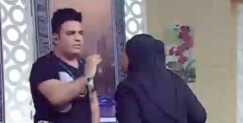 مصری ماڈل نے ٹی وی شو کے میزبان کی درگت بنا ڈالی