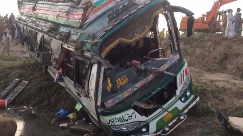 جلالپور بھٹیاں: مسافروں سے بھری بس ٹرالی کو اوور ٹیک کرتے ہوئے خوفناک حادثے کا شکار ، دو ہلاک درجنوں شدید زخمی