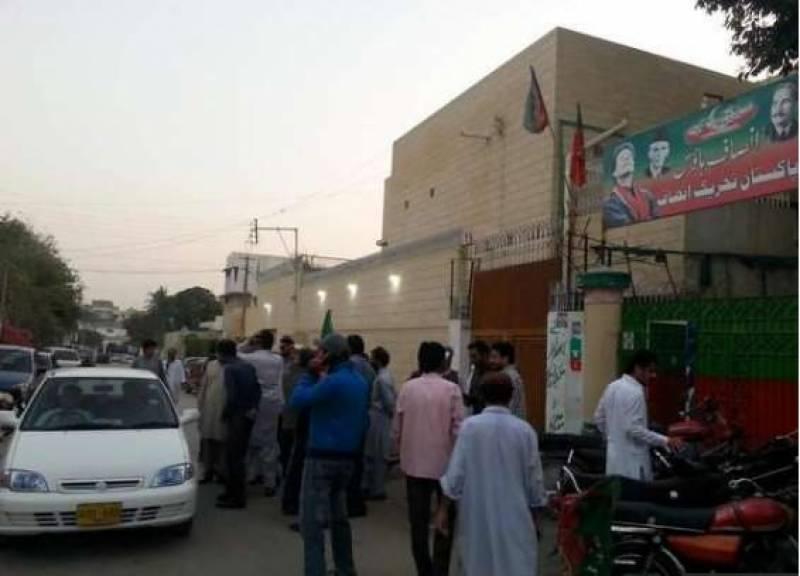کراچی: پی ٹی آئی کے کارکنان نے انصاف ہاؤس کے شیشے توڑ دیئے