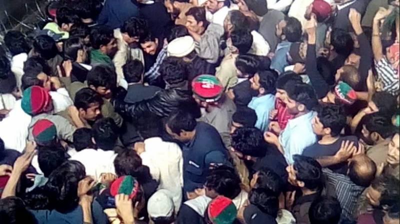 عمران خان کی رہائش گاہ کے باہر کارکن آپس میں لڑ پڑے