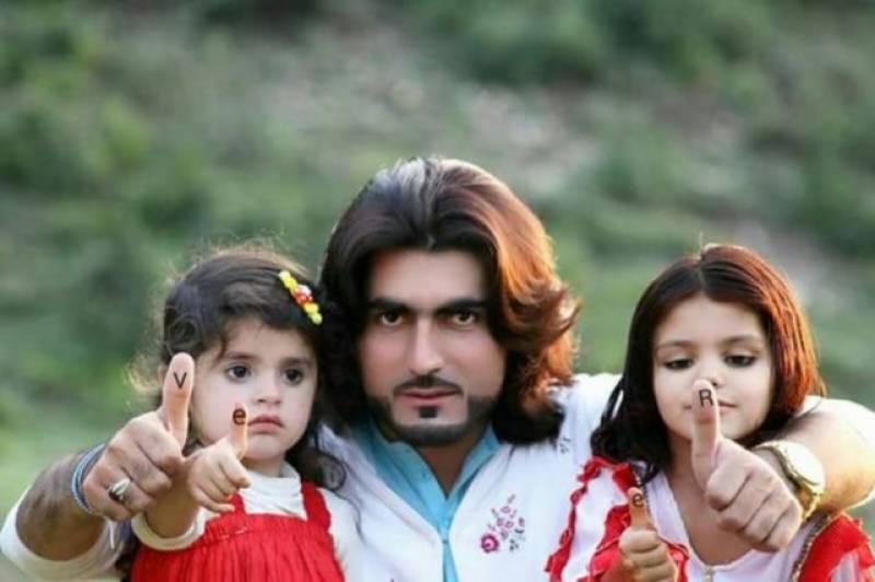 نقیب اللہ قتل کیس، اہلخانہ کا ملزمان کی گرفتاری کیلئے سندھ ہائیکورٹ کے باہر مظاہرہ