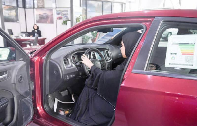 سعودی خواتین کی کار شورومز میں دلچسپی بڑھنے لگی
