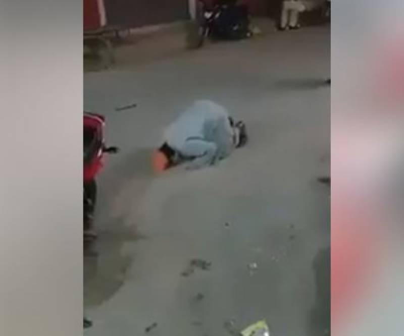 عمران خان کی اہلیہ بشریٰ بی بی کے سابق شوہر خاور مانیکا کی سڑک پر سجدے کرنے کی ویڈیو وائرل