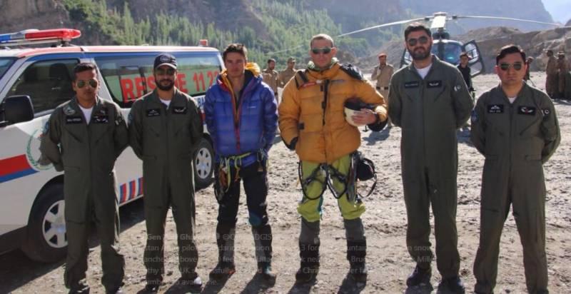 پاک فوج نے انیس ہزار فٹ کی بلندی پھنسے غیرملکی کوہ پیما ﺅ ں کو ریسکیو کر لیا ، ایک کوہ پیما ہلاک