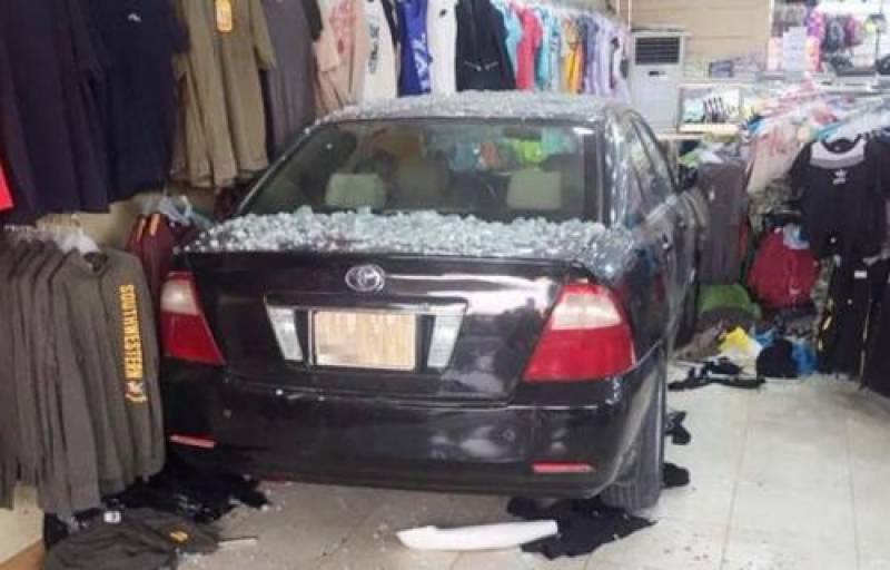 سعودی ڈرائیور خاتون گاڑی سمیت دکان میں گھس گئی