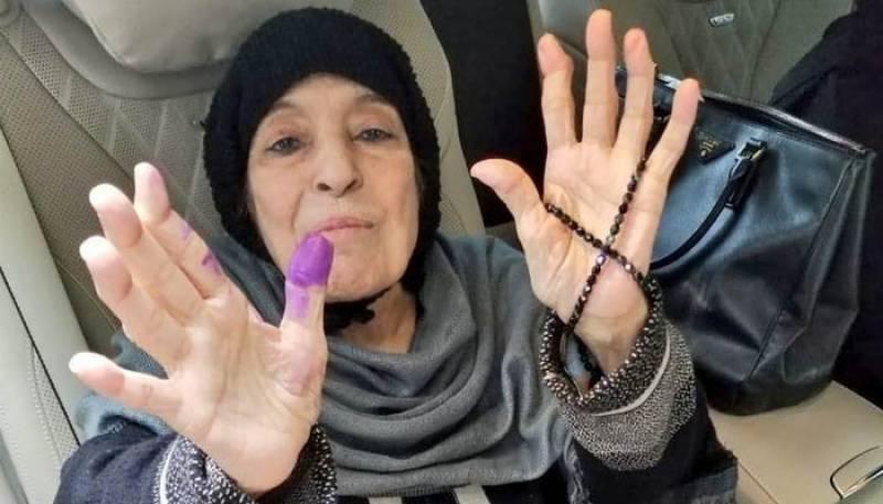 نواز شریف کی والدہ نے وہیل چیئر پر آ کر ووٹ کاسٹ کر دیا