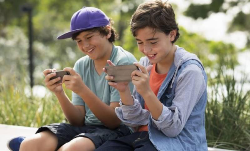 فرانس سکولوں میں بچوں کے سمارٹ فونز استعمال کرنے پر پابندی