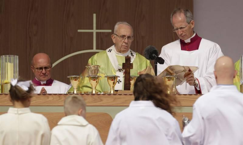 سینیئر آرک بشپ نے پوپ سے بغاوت کر دی