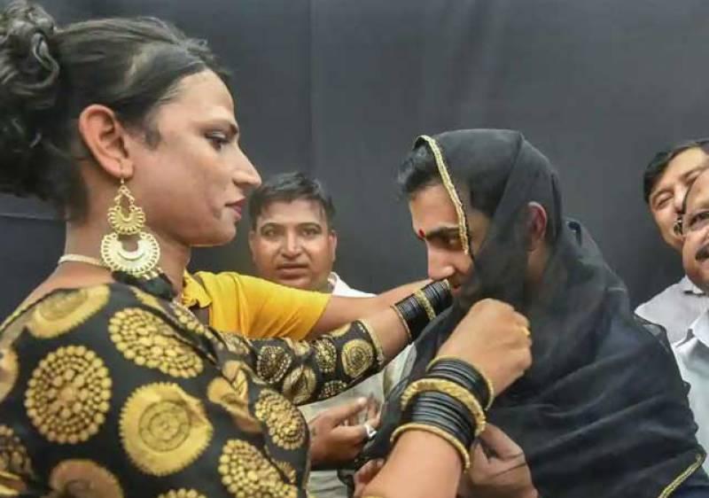 گوتھم گھمبیر کی خواجہ سراؤں کے لباس میں تصاویر سوشل میڈیا پر وائرل