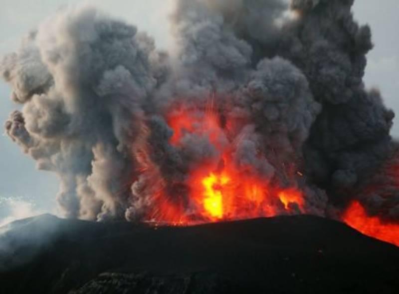 انڈونیشیا میں آتشی پہاڑ میں 2 روز میں 44 دھماکے