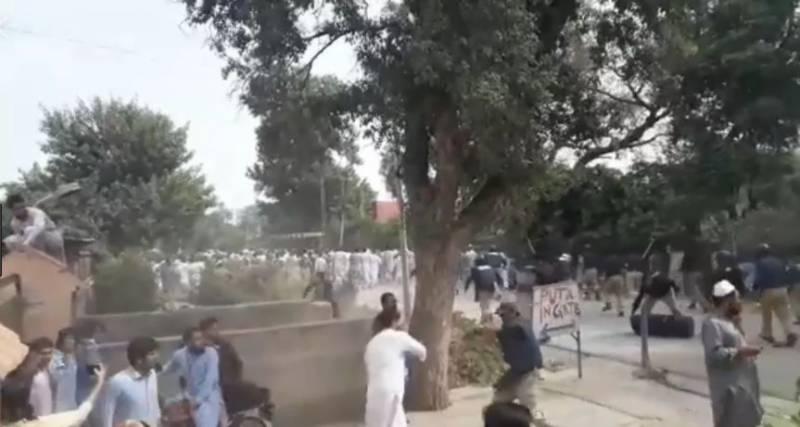 پشاور یونیورسٹی کے طلبا کا فیسوں میں اضافے پراحتجاج، پولیس کا لاٹھی چارج، متعدد زخمی