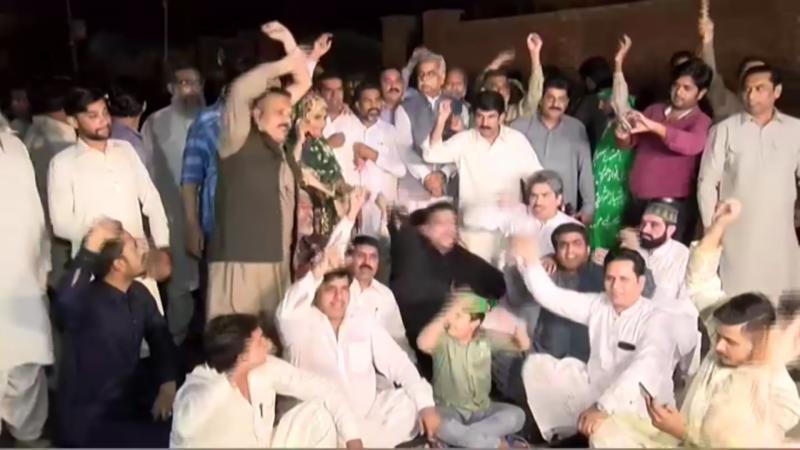 شہباز شریف کی گرفتاری ، مسلم لیگ ن کے کارکنان کا نیب آفس کے باہر احتجاج