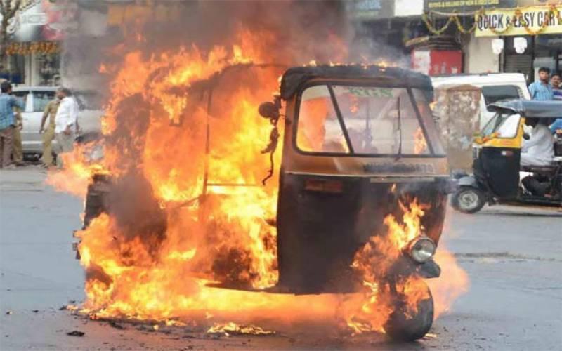 شہر قائد میں رکشہ ڈرائیور سی این جی نہ ملنے پردل برداشتہ، رکشے کو آگ لگا دی