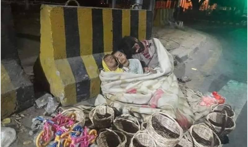 لاہور، مال روڈ کے کنارے سونے والے خاندان کی مالی امداد کر دی گئی