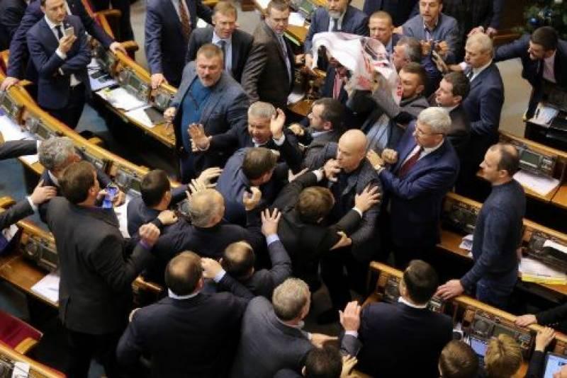 سیاستدان کو روسی ایجنٹ کہنے پر یوکرینی پارلیمنٹ میں ہنگامہ،ایکدوسرے پر مکوں کی بارش