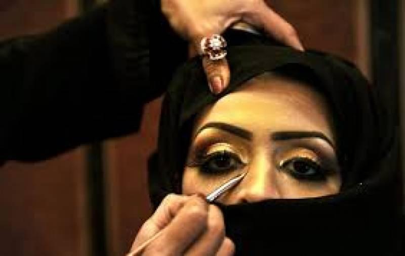 سعودی عرب میں مردحجاموں کی سیلون میں خواتین کے ساتھ ایسا کام کرتے ہوئے ویڈیو سامنے آ گئی