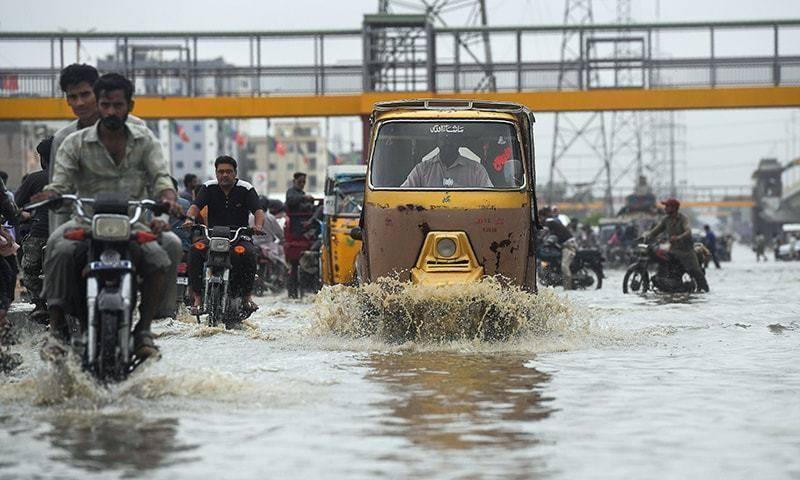 کراچی میں بارش سے سڑکیں تالاب بن گئیں، پانی گھروں میں داخل