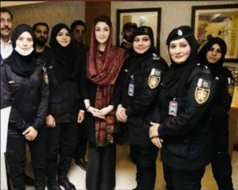 مریم نواز کا سندھ پولیس کو خراج تحسین،خواتین اہلکاروں کیساتھ تصویر شیئر کردی