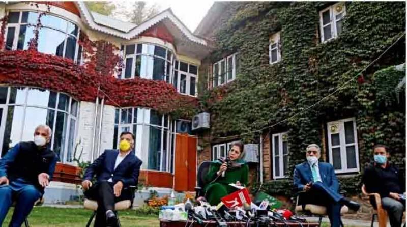 مقبوضہ کشمیر، پی ڈی پی رہنماؤں نے پریس کانفرنس سے بھارتی ترنگا ہٹا دیا