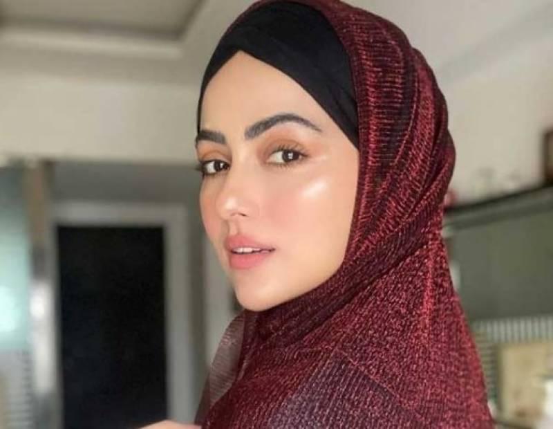 سابق بھارتی اداکارہ ثناء خان شادی کے بعد پریشان