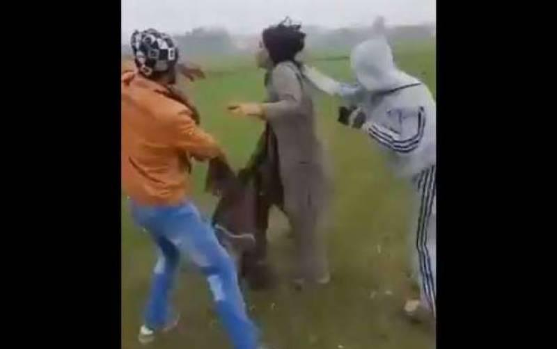 سیالکوٹ میں بااثر افرد کا خواجہ سراپر تشدد ، ویڈیو وائرل