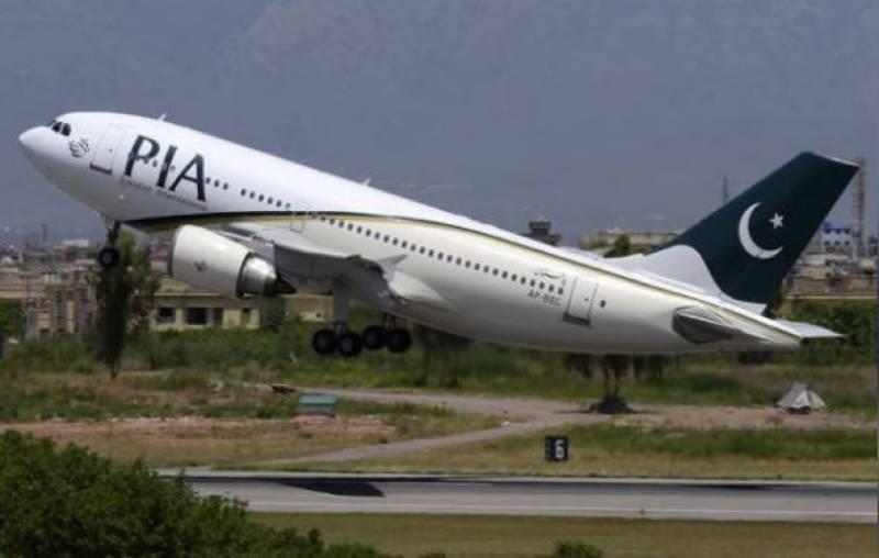پی آئی اے کا طیارہ ٹریکٹر سے ٹکرا گیا