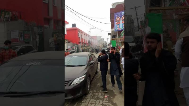ضمنی انتخاب, ڈسکہ میں حالات کشیدہ،پولنگ سٹیشنز پر فائرنگ،2 جاں بحق،4 زخمی