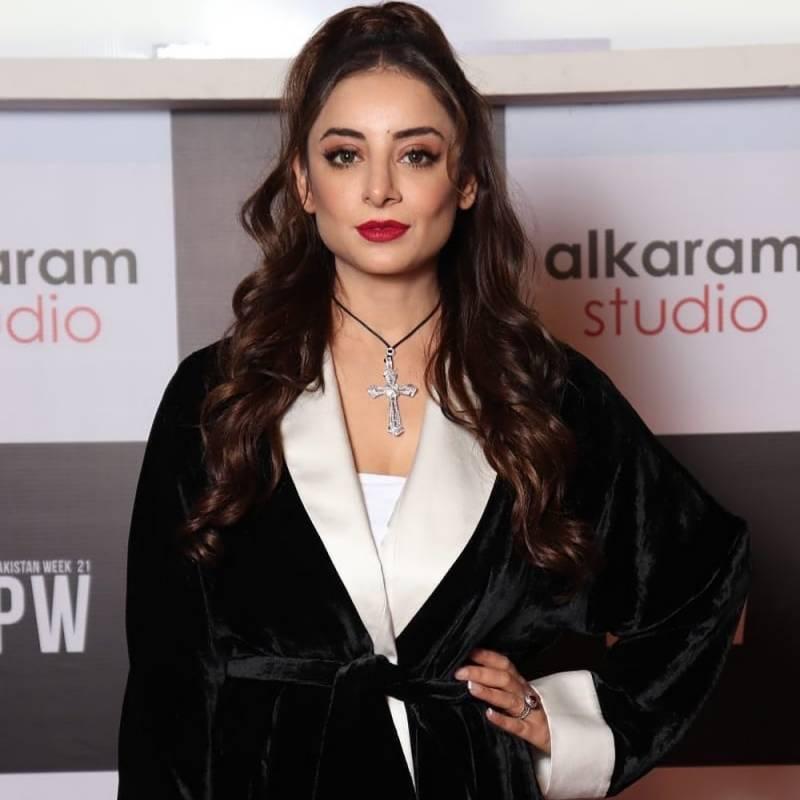 اداکارہ ثروت گیلانی کی نئی تصاویر پر سوشل میڈیا صارفین برہم